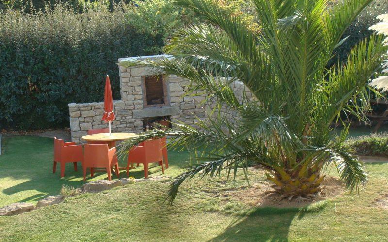 Jardin arboré avec barbecue, location de villa de vacance en Bretagne