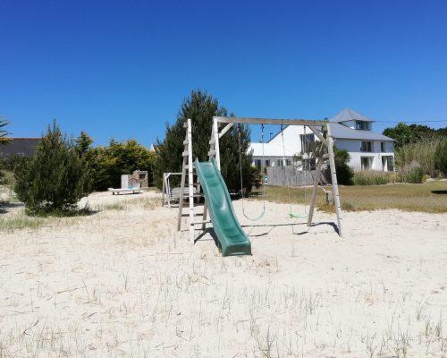 grand jardin de sable et plage à pied