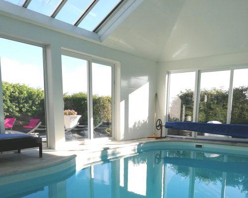 Piscine intérieure chauffée villa Bretagne
